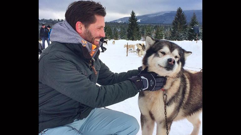 ARD-Korrespondent Till Rüger mit einem Malamut-Schlittenhund.