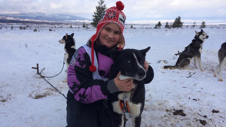 Die 10-jährige Rebecca mit einem Schlittenhund