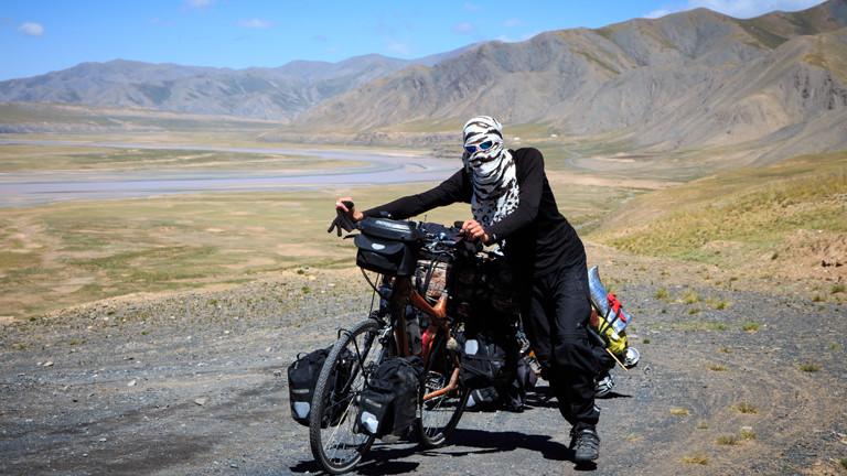 Vermummter Radfahrer