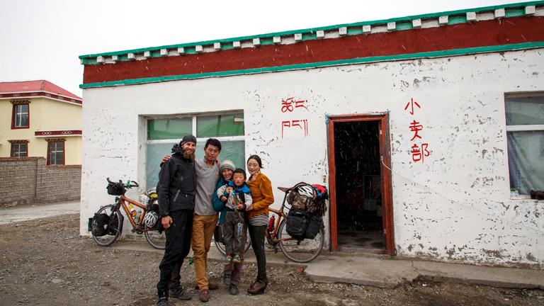 Die Weltreisenden posieren mit einer Gastfamilie.