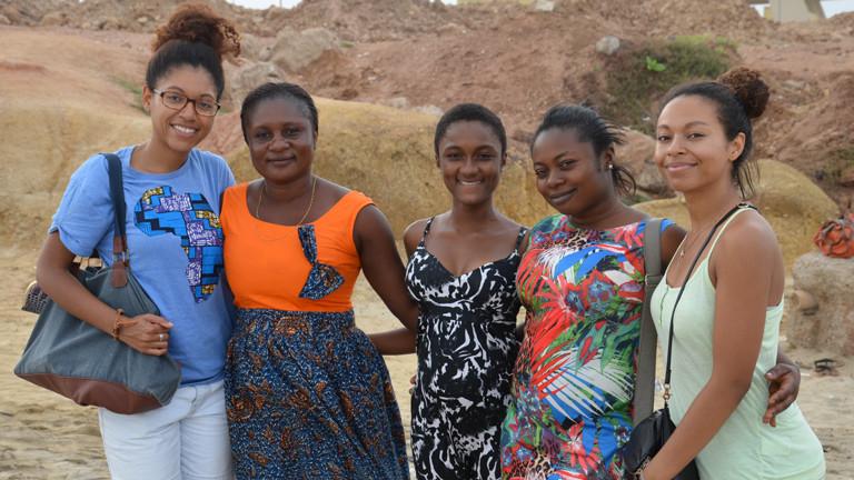 Esther und Schwester lernen erstmals Verwandte in Ghana kennen.