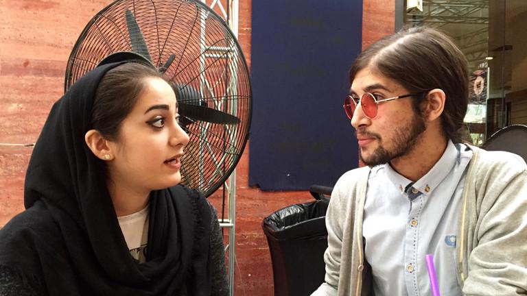 Zwei Schauspieler sitzen ganz entspannt im Café Cinema im Filmpark in Teheran.