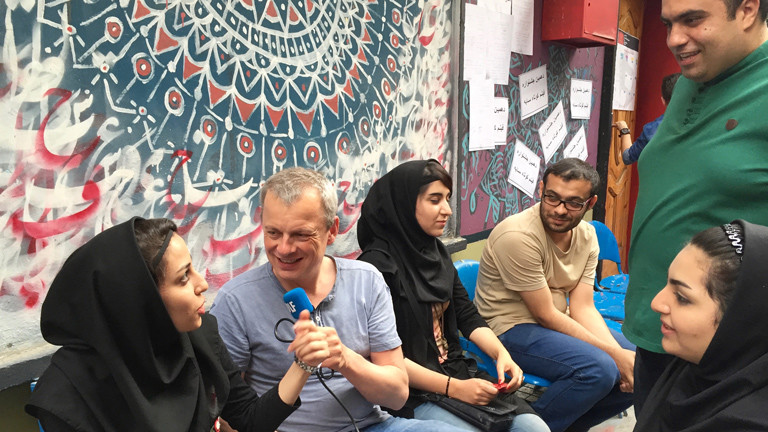 Christian Schillmöller interviewt Studenten der Filmhochschule in Teheran.