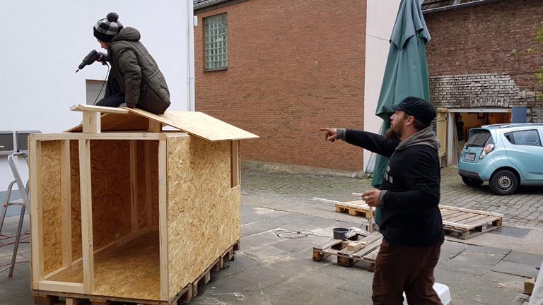 Freiwillige helfen bei der Initiative Little Home Köln mit Häuschen für Obdachlose zu bauen.