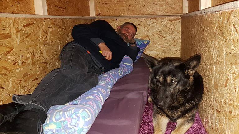 Ein Obdachloser findet mit seinem Hund ein neues Zuhause im Little Home.