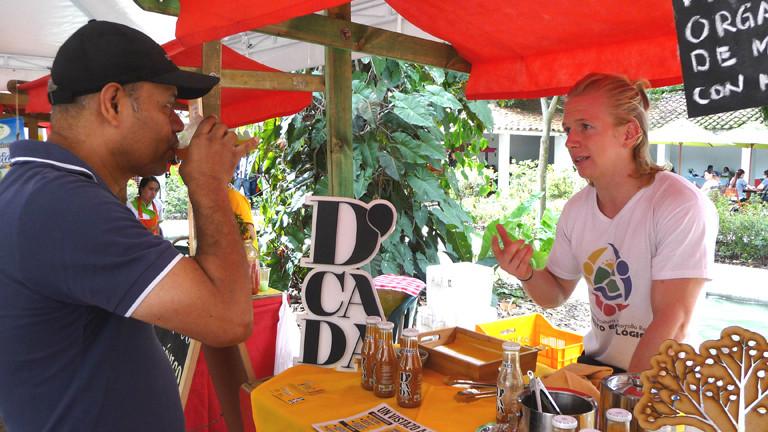 """Mitgründer Konstantin Jessen bei einer D'Cada-Verkostung auf dem """"Grünen Markt"""" in Medellín."""