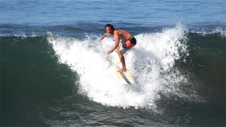 Nick Martin surft.
