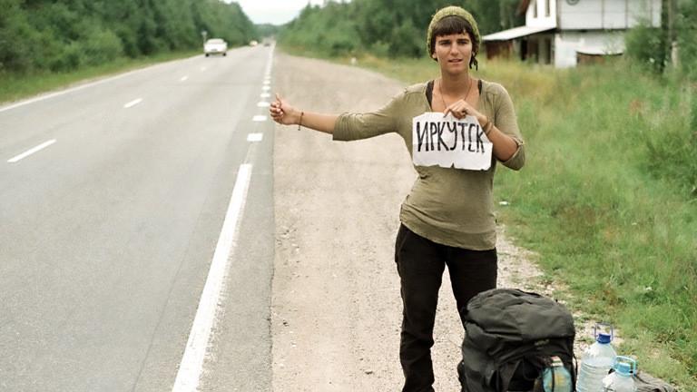 Gwen trampt auf dem Weg nach Sibirien.
