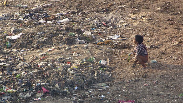 Ein Kind auf einer Müllhalde in Kalkutta