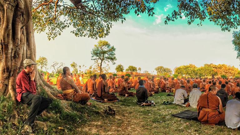 Misha Schoeneberg zusammen mit Thai-Mönchen bei einer Andacht