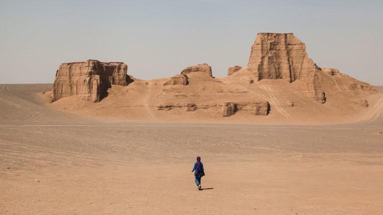 Iranerin in der Wüste.