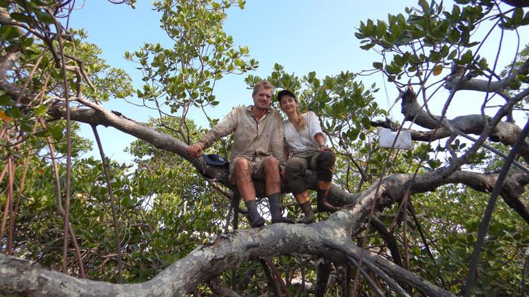 Burkhart Brielmaier und Sarah Reimer warten darauf, dass der Bootsfahrer uns wieder aus den Mangroven abholt und genießen dabei den Blick aufs Meer.