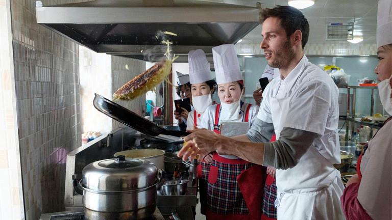Schweizer Koch Markus Arnold zeigt, wie man ein Rösti in der Pfanne wendet.