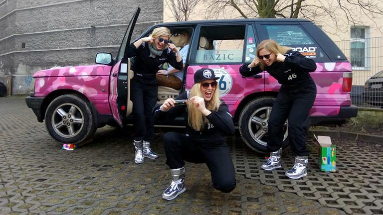 """Das Team """"Drift Chicks"""" mit ihrem Rover """"Landylove""""."""