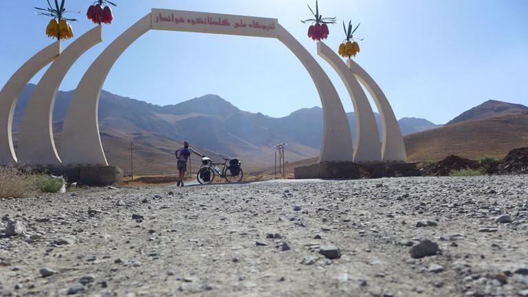 Marco überquert den Golestan Palast im Iran.