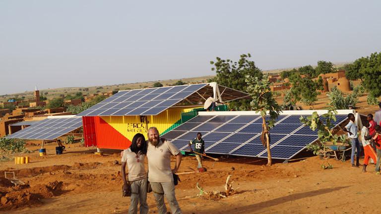 Torsten Schreiber nach dem der Solar-Strom-Container oder Solartainer von Africa Greentec aufgebaut ist..