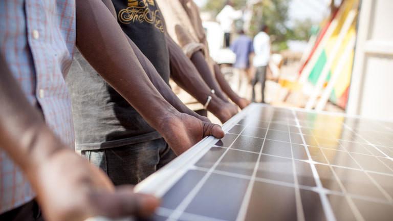 Aufbau des Solar-Strom-Containers oder Solartainer von Africa Greentec