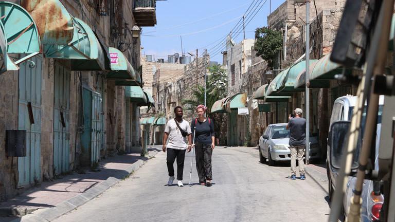 Das niederländische Paar Lotte van Heesewijk und Gicuki Rugoiyo in Hebron