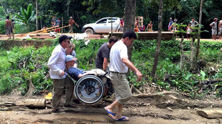 Benni Over unterwegs mit Rollstuhl im Dschungel.
