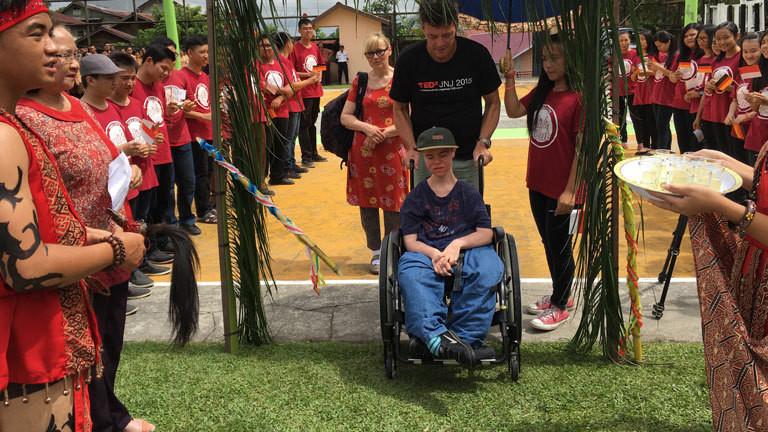 Benni Over wird mit einer Zeremonie in der Panca Setya Highschool auf Borneo empfangen.