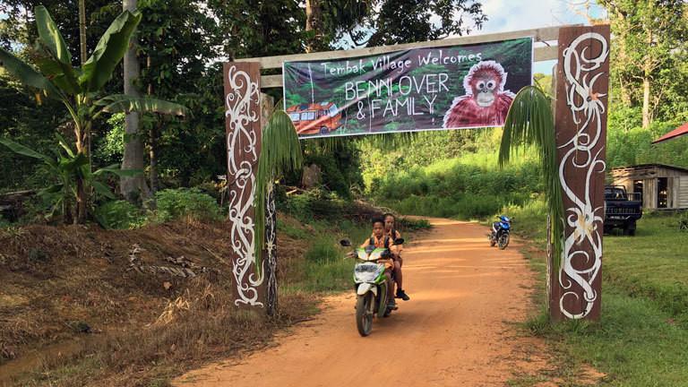 In Temback haben Einheimische ein Welcome-Plakat über die Hauptstraße gespannt.