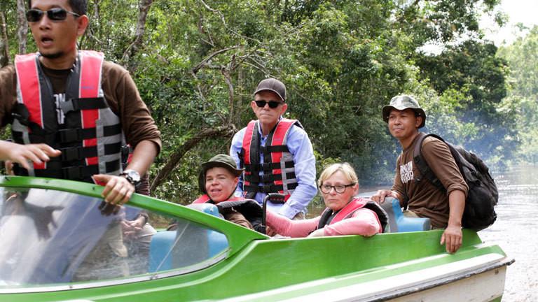 Benni Over fährt mit seinen Eltern und Tierschützer zur Auswilderungsinsel.