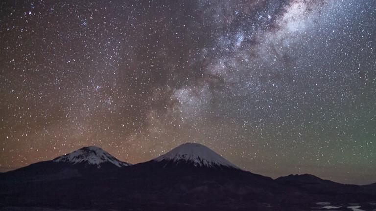 Die Milchstraße steht über den Vulkanen Parinacota und Pomerape an der chilenisch-bolivianischen Grenze.