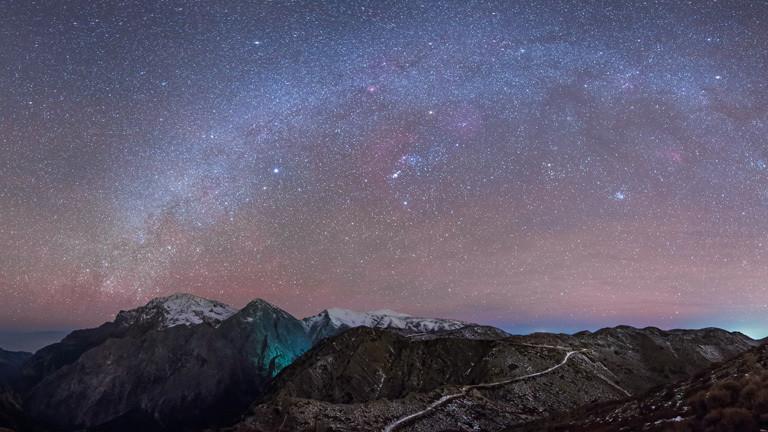 Die Milchstraße steht über den Weißen Bergen auf Kreta.