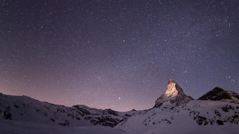 Der aufgehende Mond beleuchtet die Spitze des Matterhorns.