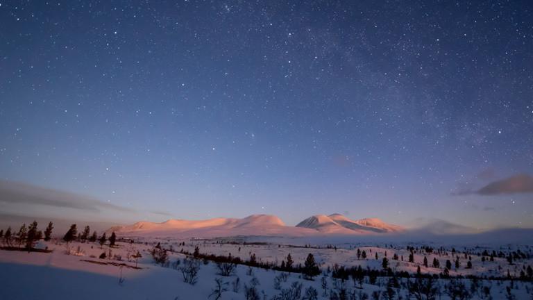 Der aufgehende Mond beleuchtet das Sølenmassiv in Norwegen.