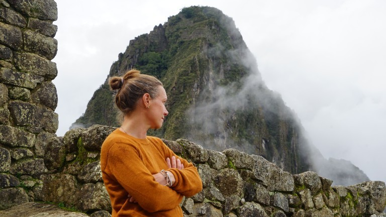 Tina inmitten von alten Ruinen der Inka.