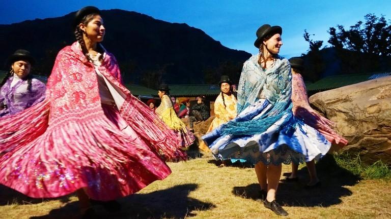 Tina in traditioneller Kleidung bei einem Fest mit Einheimischen.