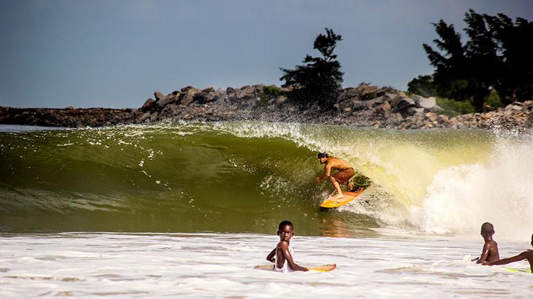 Surfer an der Küste vor Nigeria.