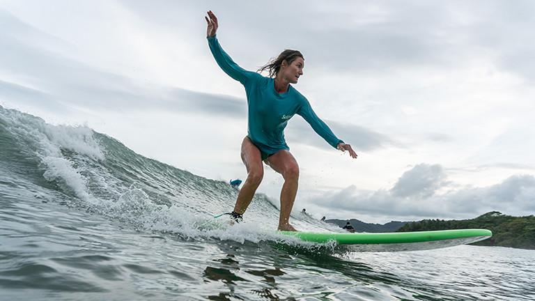 Pamela Spitz surft.
