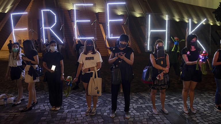 Demonstranten bilden in Hongkong am 30.09.2019 eine Menschenkette.