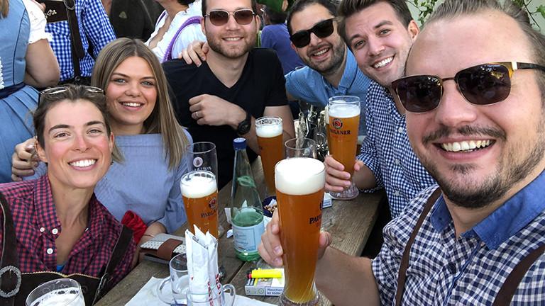 Anna Aufschlager mit Fanni, Petar, Billy Grand und Nikola beim Oktoberfest.