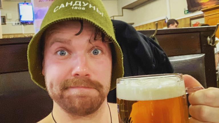 Lennart Adam in einer Bar
