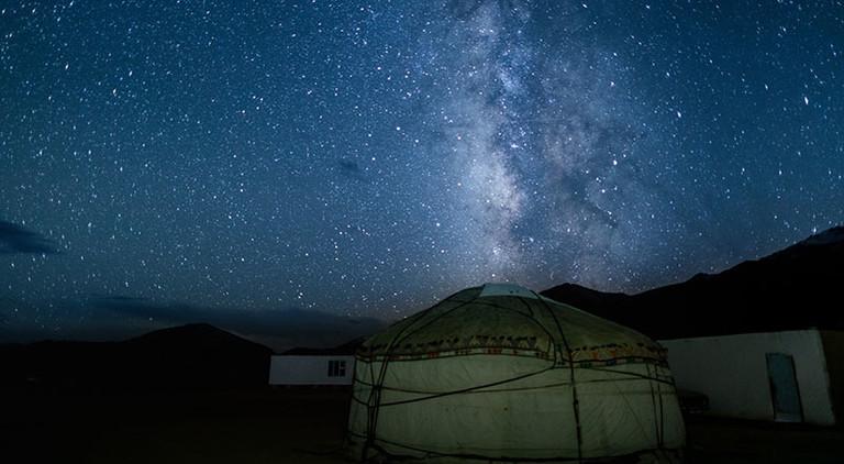 Atemberaubender Ausblick auf den Sternenhimmel auf zentralasiatischen Hochebenen.