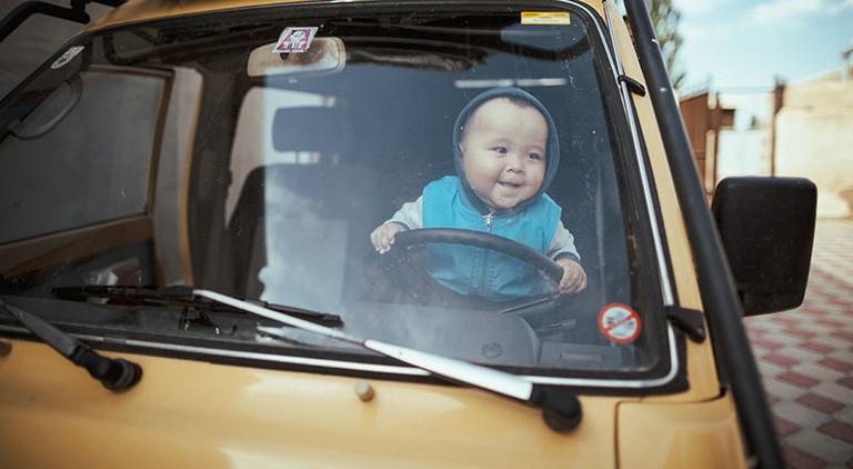 Ein Kind mit asiatischen Zügen.