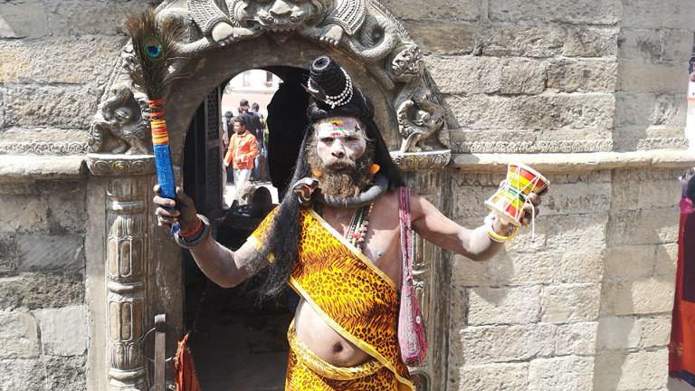 """Ein geschminkter Mann, der den Feiertag """"Nacht der Shiva"""" in Nepal begeht."""