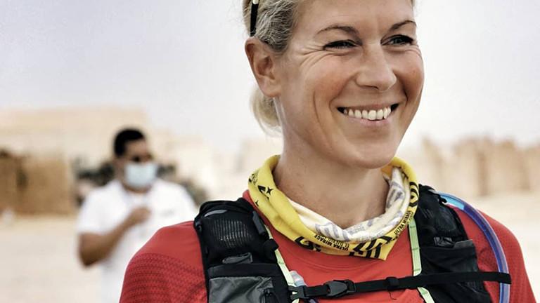 Judith Havers kurz vor dem Start des Wüsten-Ultralaufs. Sie grinst und wird später den Lauf gewinnen.