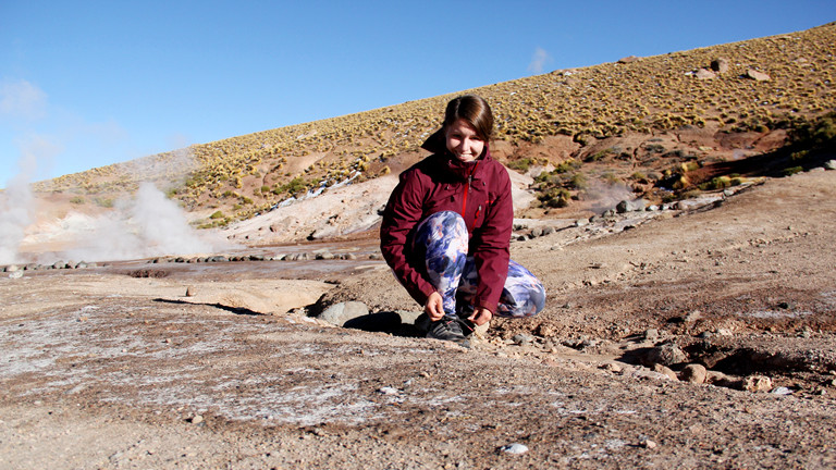Carina Stöwe bindet sich die Laufschuhe zu auf einer Reise durch Südamerika.