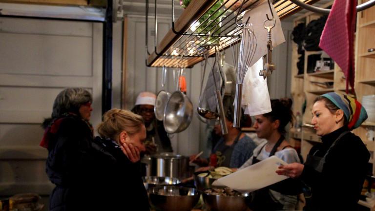 Frauen Kochen im Container von kitchen on the run.