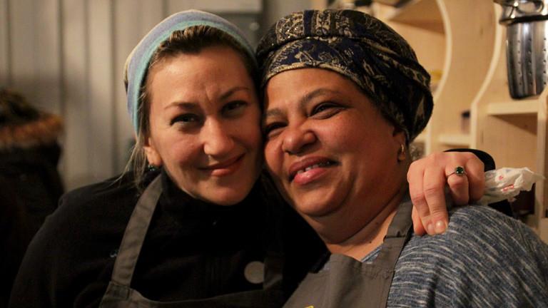 Zwei Helferinnen und Gäste von kitchen on the run
