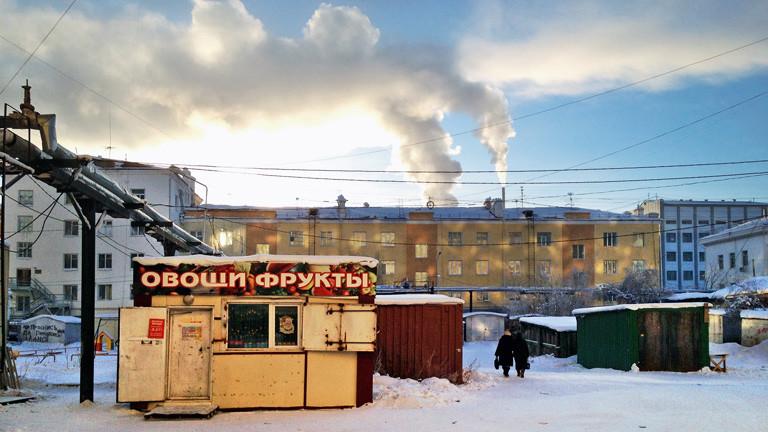 Schneelandschaft und Plattenbau in Russland