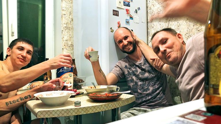 Fredy Gareis trinkt mit Freunden in Russland.
