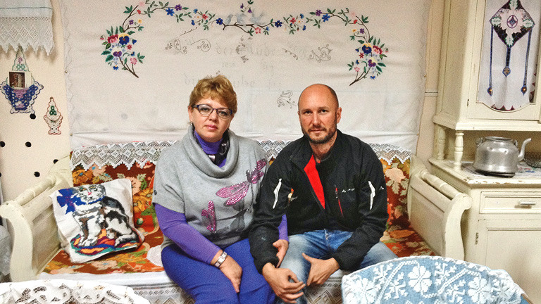 Fredy Gareis in einem volkstümlich eingerichteten Wohnzimmer mit einer älteren Dame