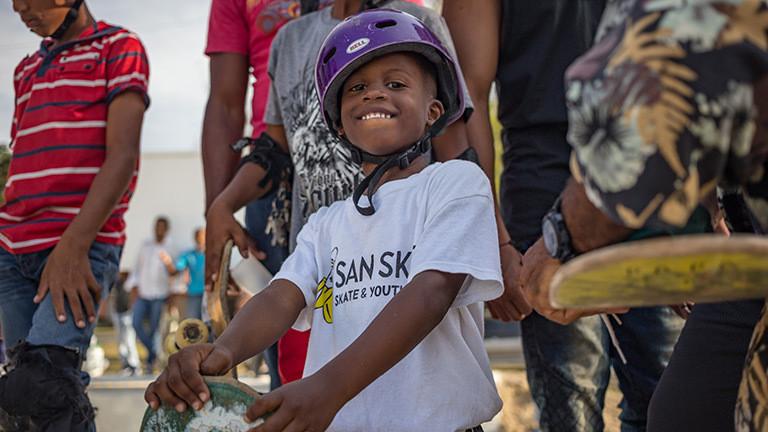 Kind mit Skateboard in der Dominikanischen Republik
