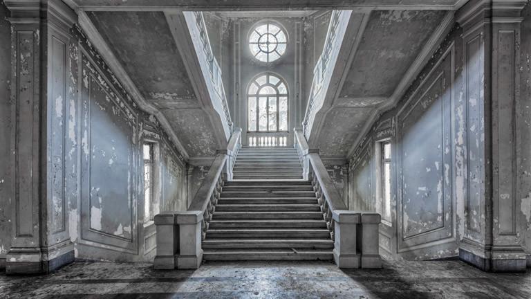 Ein altes, ungenutztes Gebäude von innen