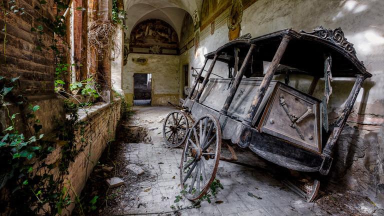 Eine alte, zerfallene Kutsche